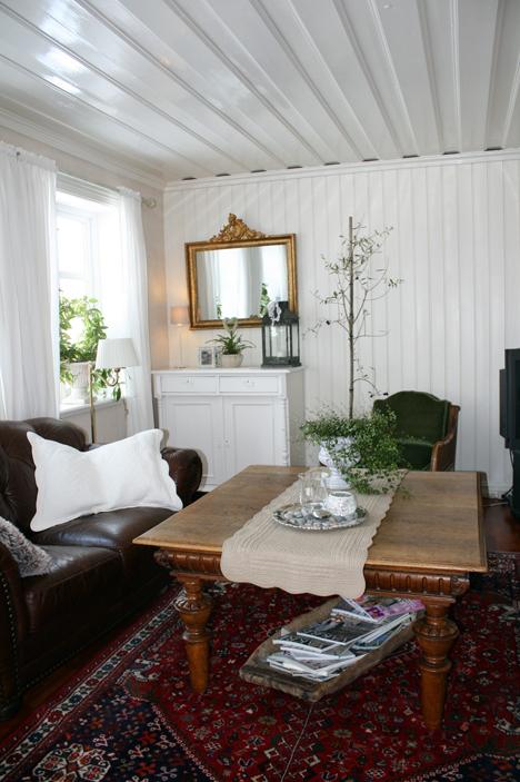Stue med hvitmalt panel