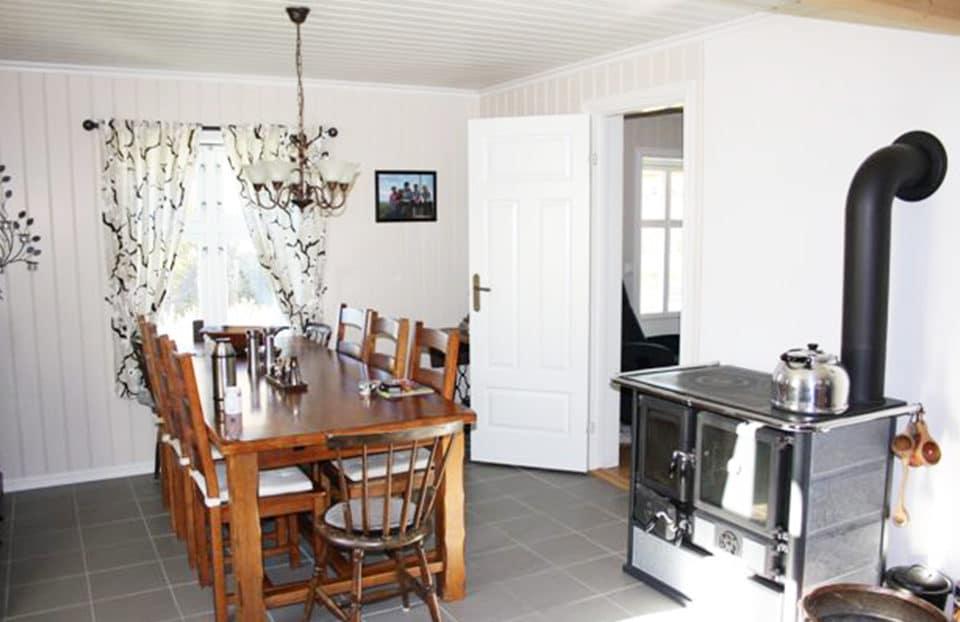 Stue med hvitmalt panel og listverk