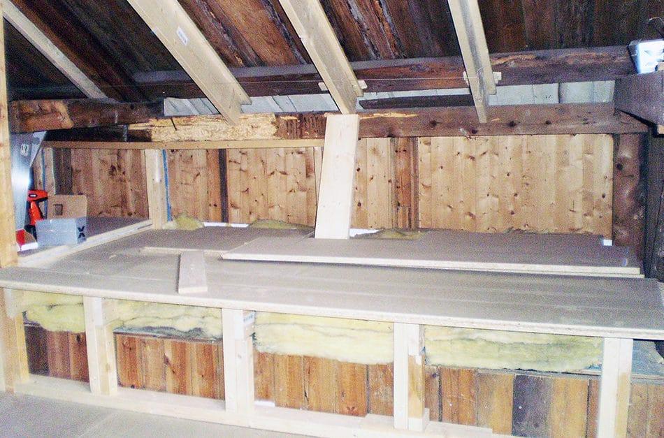 Bygger sofa under skråtak