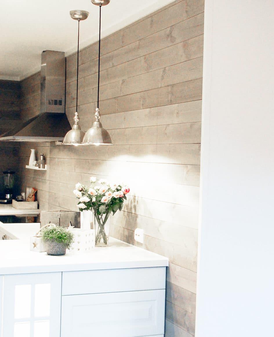 Hvitt kjøkken med ferdigmalt panel