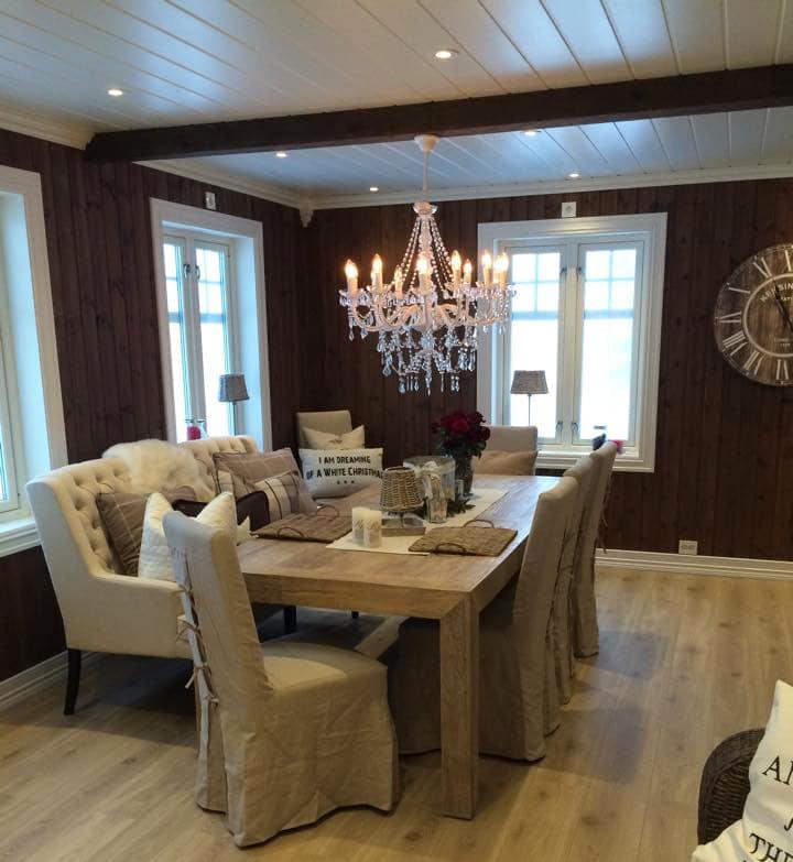 møblering av stue med karnapp