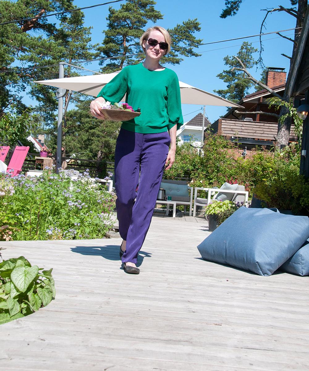 Anne går på terrassen_1000