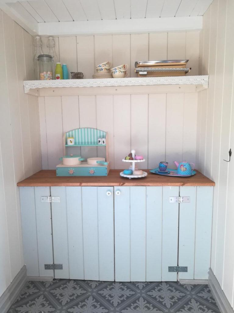 En kjøkkenbenk i lekestuen