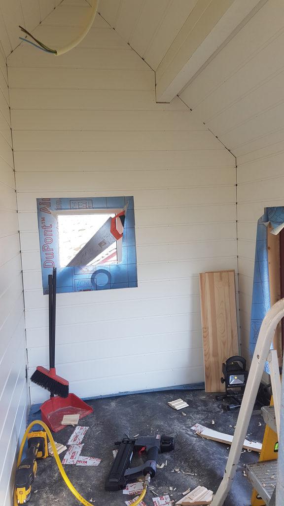 Panel og listverk i hytta