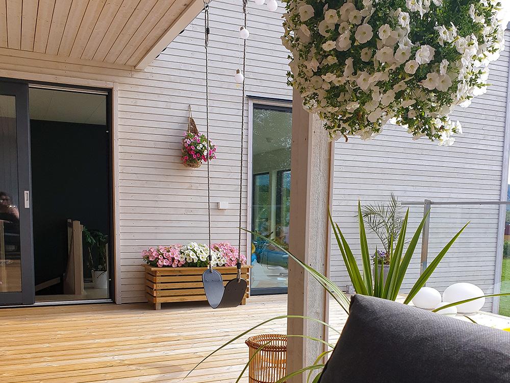 Bilde av utestue og huske på terrassen - Finalist nummer 4 Eksteriørprisen