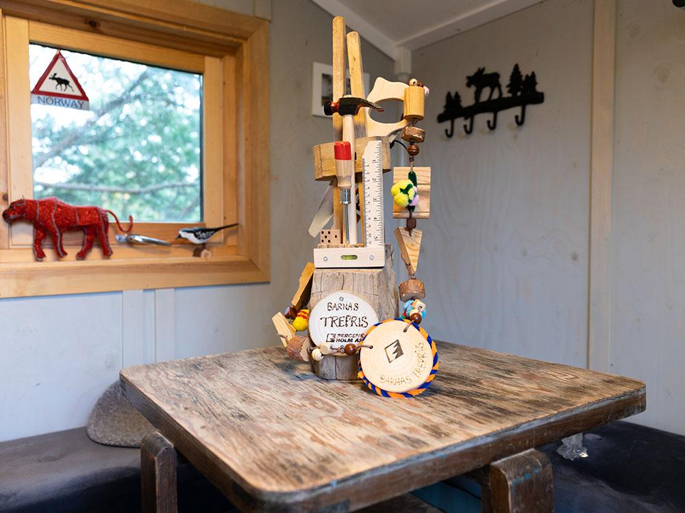 Bilde av oppstilt vandrerpokal innvendig i tretopphytta til Hans Martin - Vinnerinnlegg Barnas Trepris 2020