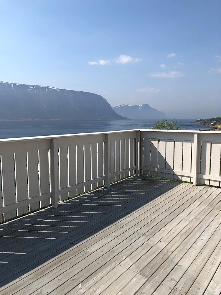 Et førbilde av terrassen motsatt side uten plassbygde møbler - Åpen Klasse 2020 - Finalist nummer 6