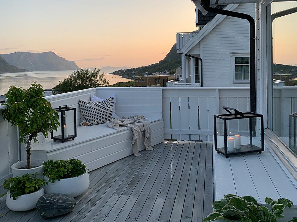 Bilde av ny terrasseseksjon motsatt side i skumring - Åpen Klasse 2020 - finalist nummer 6