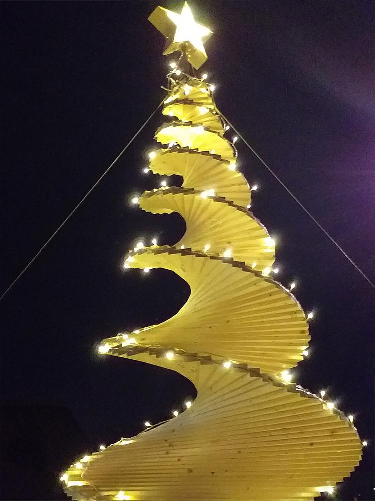 Bilde av juletreet som er lyst opp med lyslenke på kveldstid - Åpen Klasse - Finalist nummer 7
