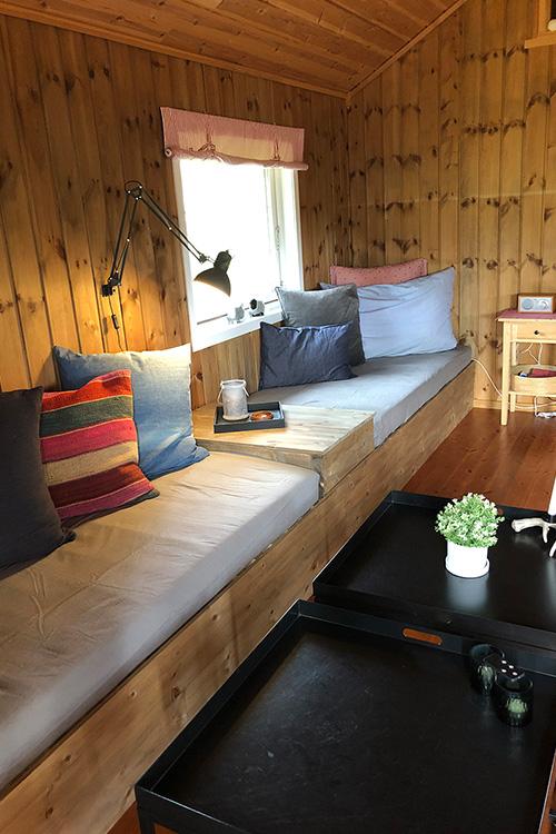 Bilde av plassbygd sofa med konsollbord i midten.  Åpen klasse 2020 finalist 1