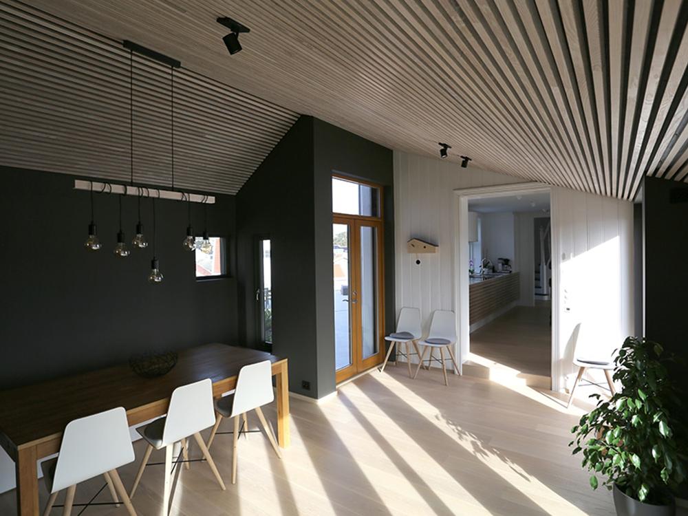 Bilde av stue med spiler i taket