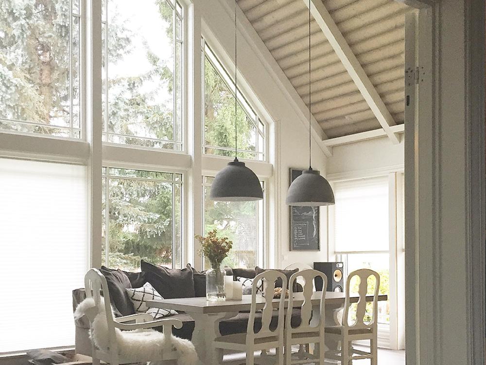 """Bilde av stue med paneltak og store vinduer. Panel fra """"Tre Bukkene Bruse"""" panelkolleksjonen til Bergene Holm"""
