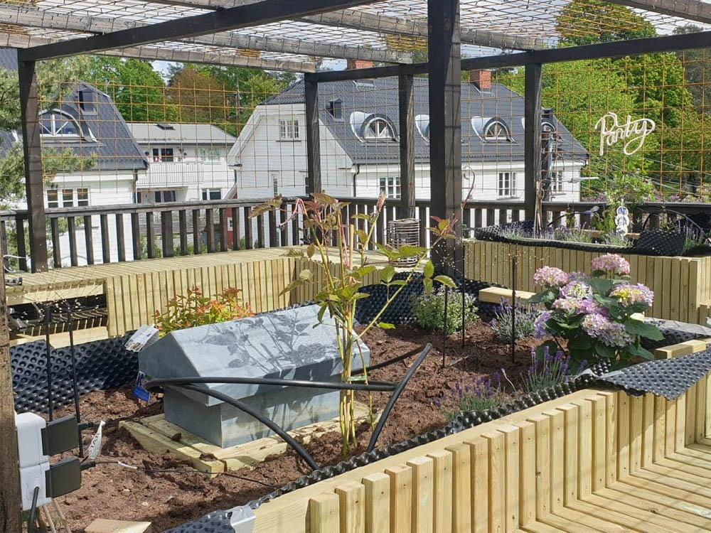 Bilde av påbegynt byggeprosess - blomsterkasser og vanningsanlegg. Finalist nummer 5 uteromsprisen 2021.
