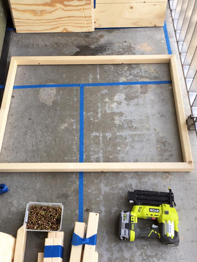 Bilde av byggeprosess - oppmåling til benk. Finalist 11. Uteromsprisen 2021.