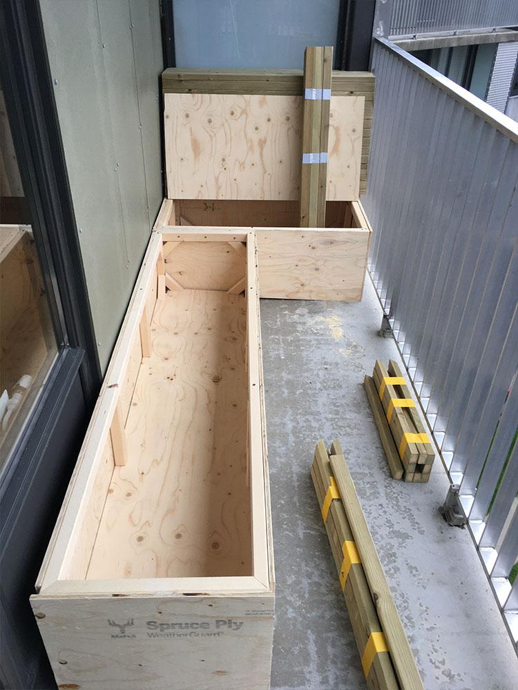 Bilde av byggeprosess - påbegynt benk snart ferdig. Finalist 11. Uteromsprisen 2021.