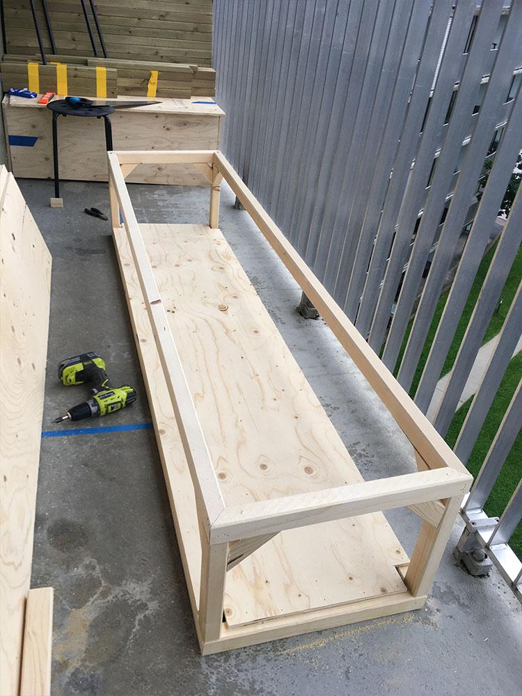 Bilde av byggeprosess - påbegynt benk. Finalist 11. Uteromsprisen 2021.