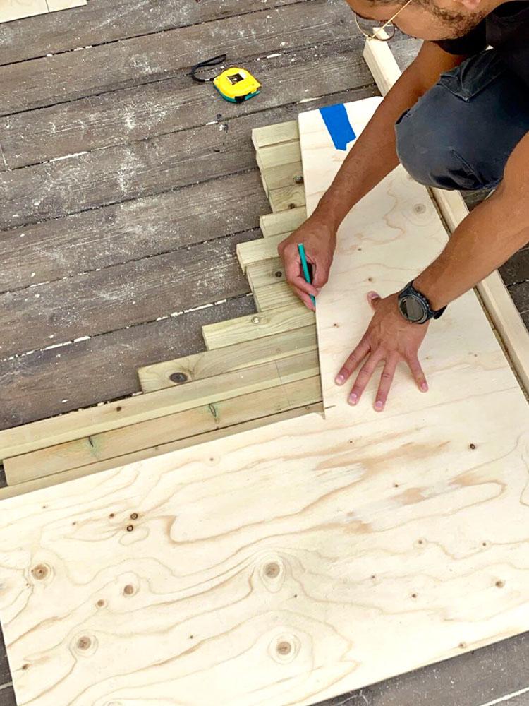 Bilde av byggeprosess - oppmåling av benk. Finalist 11. Uteromsprisen 2021.