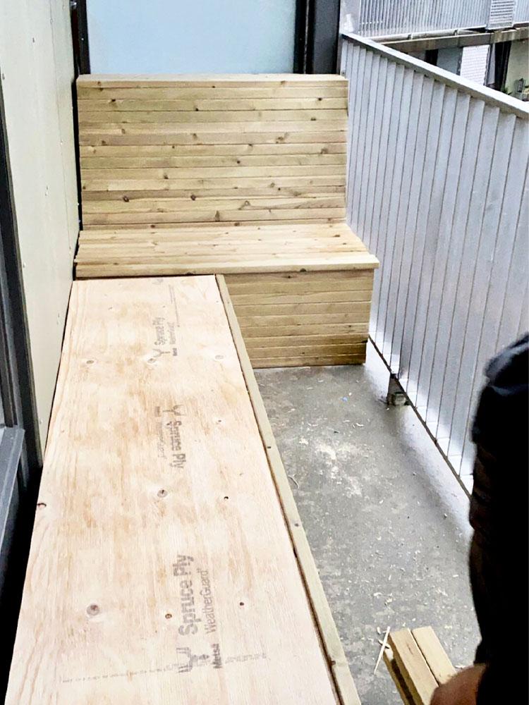 Bilde av hjemmelaget benk som snart er ferdig hos finalist nummer 11. Uteromsprisen 2021.