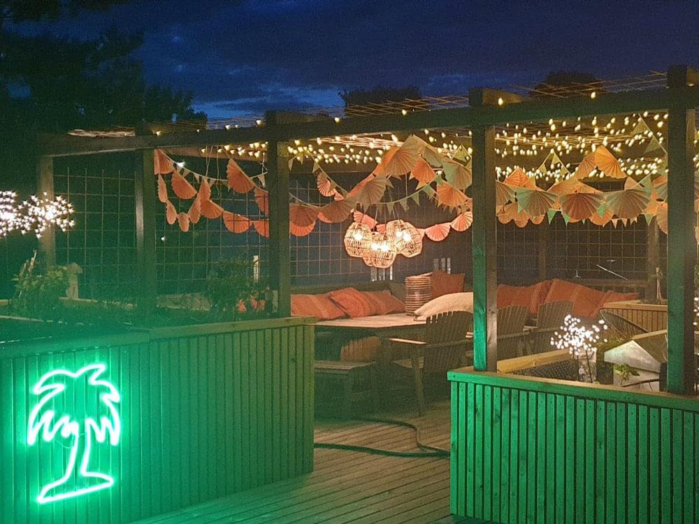 Stemningsbilde på kveldstid av bardisk og loungeområde på takterrassen til finalist nummer 5 - uteromsprisen 2021.