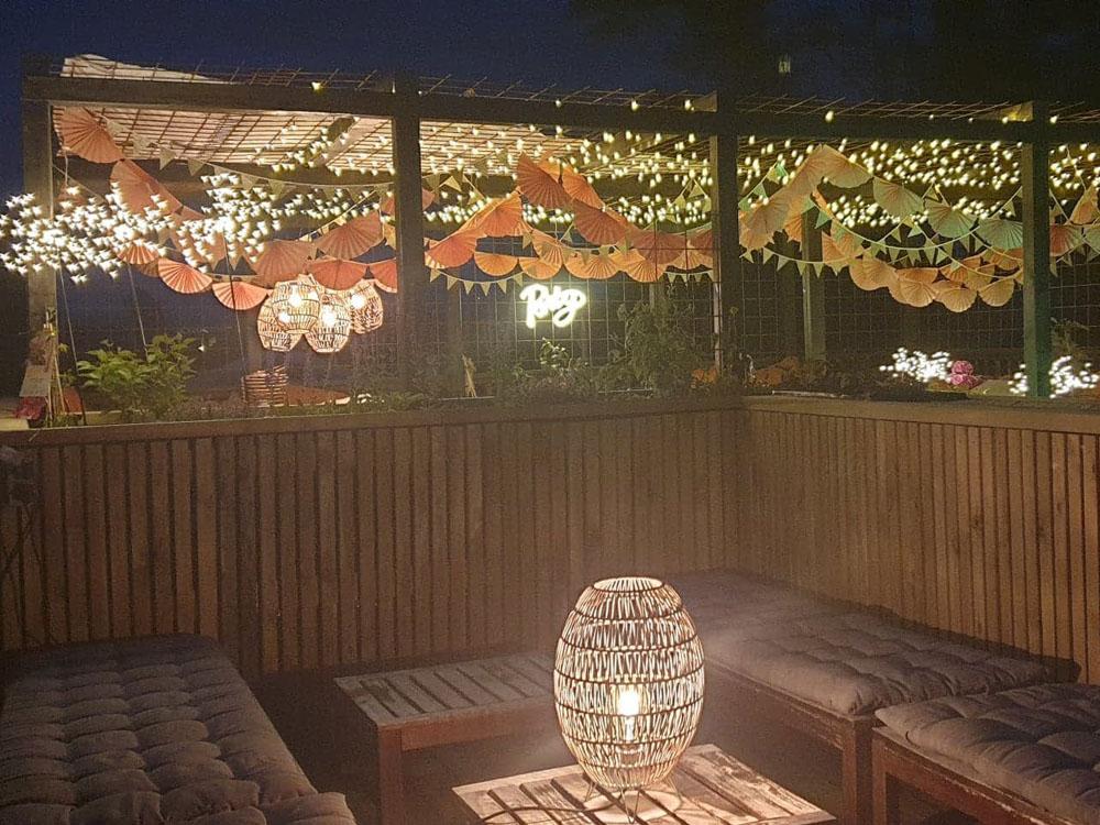 Bilde av loungeområde på takterrassen til finalist nummer 5 i uteromsprisen 2021. Kveldsbilde.