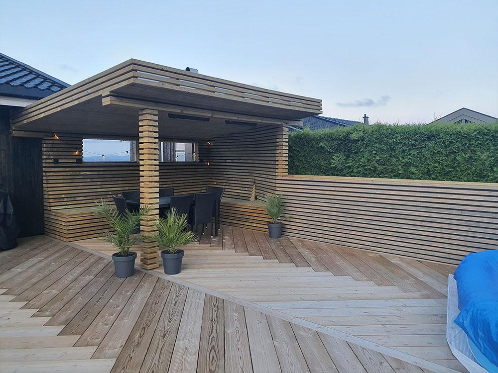 Bilde av lounge ved terrasse med fiskebeinsmønster finalist nummer 2 årets uteromspris