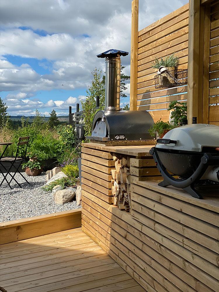 Bilde av utekjøkken med pizzaovn og grill.