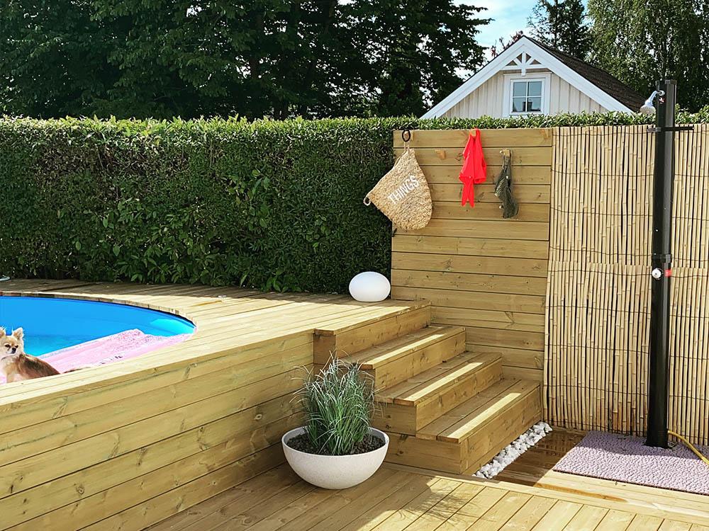 Bilde av badebasseng, tretrapp og dusj. Finalist nummer 10 uteromsprisen 2021.