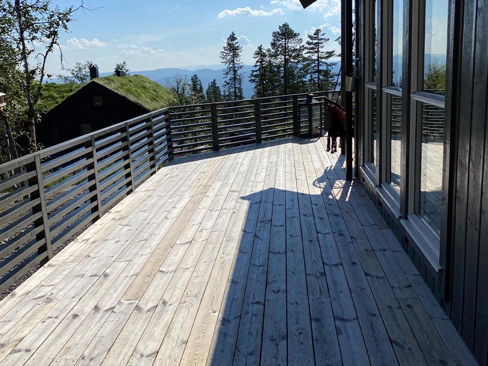 Bilde av uteplass fra siden av huset. Finalist nummer 14 årets uteromspris.