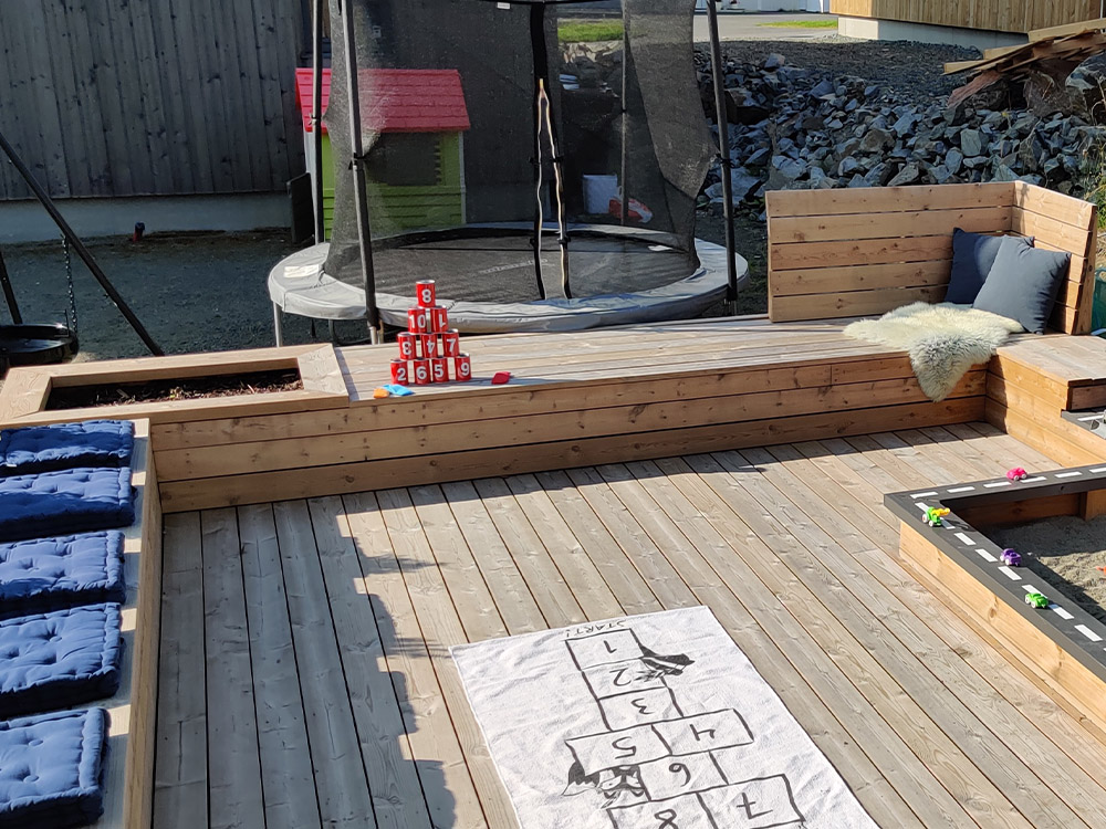 Bilde av aktivitetspark hos finalist i Barnas Trepris. Bilde av sitteplass for voksne i tilknytning til aktivitetsparken