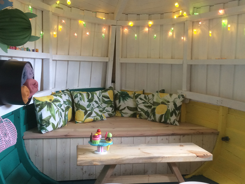 Bilde fra innsiden av båthytta hos finalist nummer 1 i Barnas Trepris i kategorien 'Trehytter'