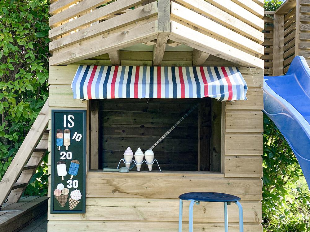 Bilde av kombinert aktivitetsbygg. Finalist i kategori Aktivitetsbygg i Barnas Trepris. Bilde av kiosk i sjørøverskuta.