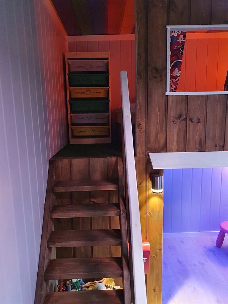 Bilde av trapp i en kreativ køyeseng. Finalist i kategorien 'kreative barnerom'