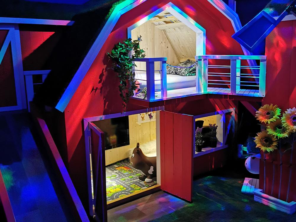 Bilde av køyeseng med bondegårdstil med disko-lys. Fra Barnas Trepris og kategori 'kreative barnerom' 2021.