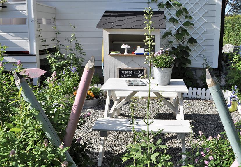 Bilde av liten kafe i 'Emilies hage'. Finalist i barnas trepris i kategorien små byggerier.