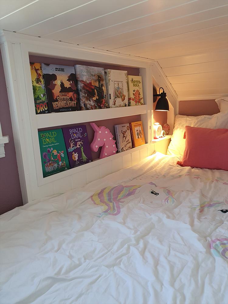 Bilde av lekestue og soverom hos finalist til Barnas Trepris i kategorien kreative barnerom. Bilde viser soverom med hjemmelaget hyller.
