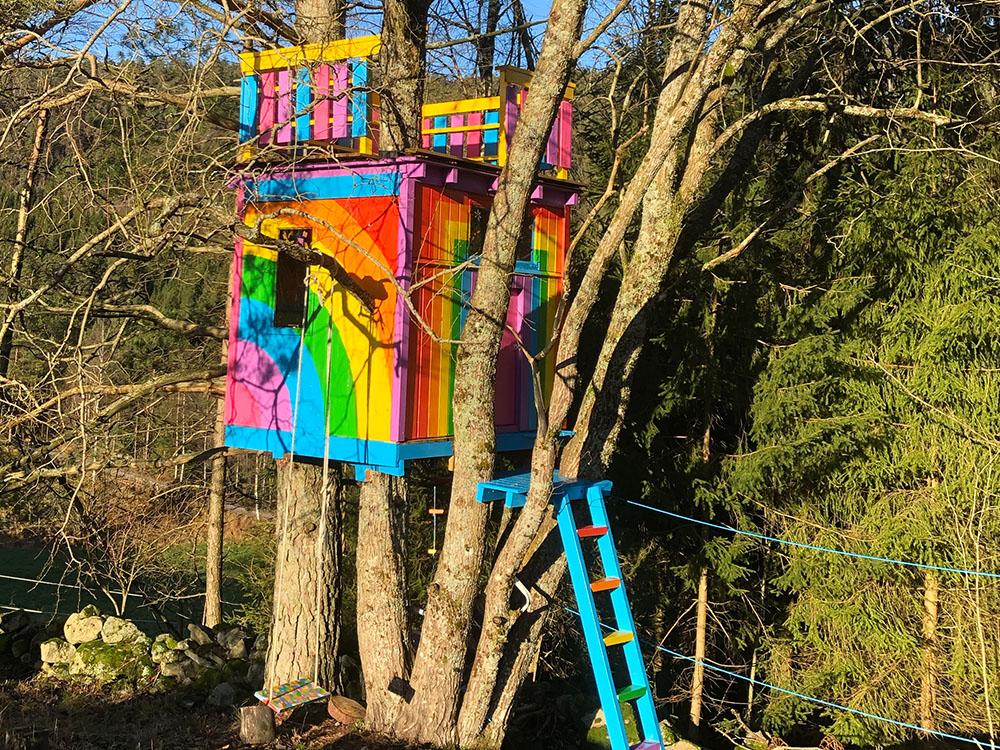 Bilde av trehytte med glitrende regnbuefarger - -Barnas Trepris kategori 'trehytter'