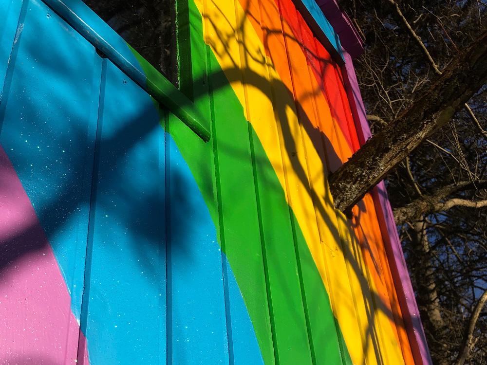 nærblide av trehytte med glitrende regnbuefarger. Barnas Trepris kategori 'trehytter'