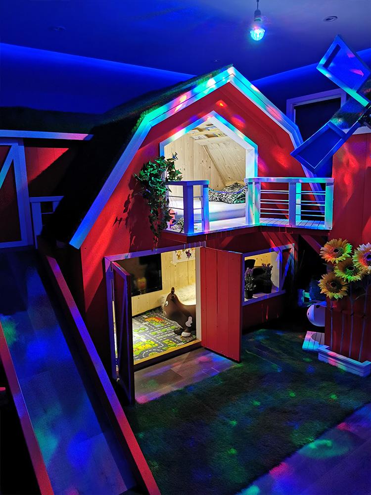 Bilde av køyesengen på kveldstid med discolys- hovedvinner av Barnas Trepris