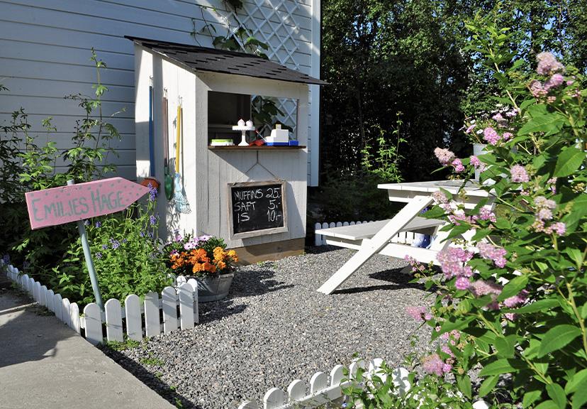 skråbilde av liten kafe i 'Emilies hage'. Finalist i barnas trepris i kategorien små byggerier.