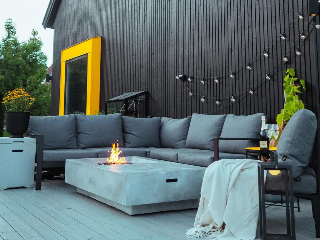 Bilde av terrassepartiet med sort kledning  til finalist nummer 3 i  eksteriørprisen 2021.