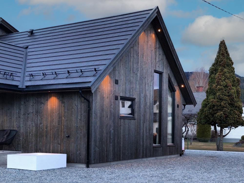 Bilde av hus fra siden. Eksteriørprisen 2021 - finalist nummer 1.