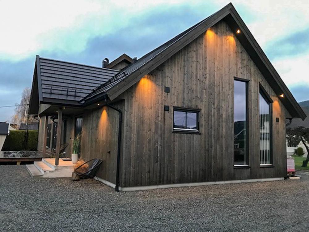 Bilde av hus fra siden. Eksteriørprisen 2021 finalist nummer 1.