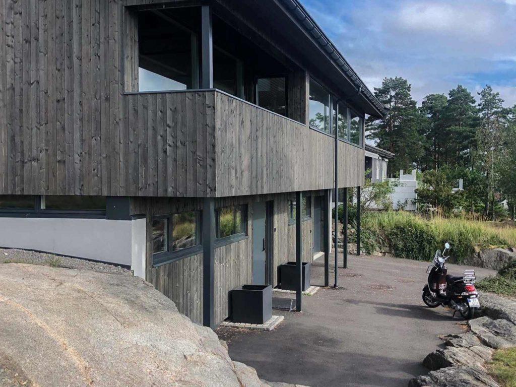 Bilde av hus med NORD-kledning. Overbygd veranda, kledd i NORD dobbelfals tett. Finalist eksteriørprisen 2021.