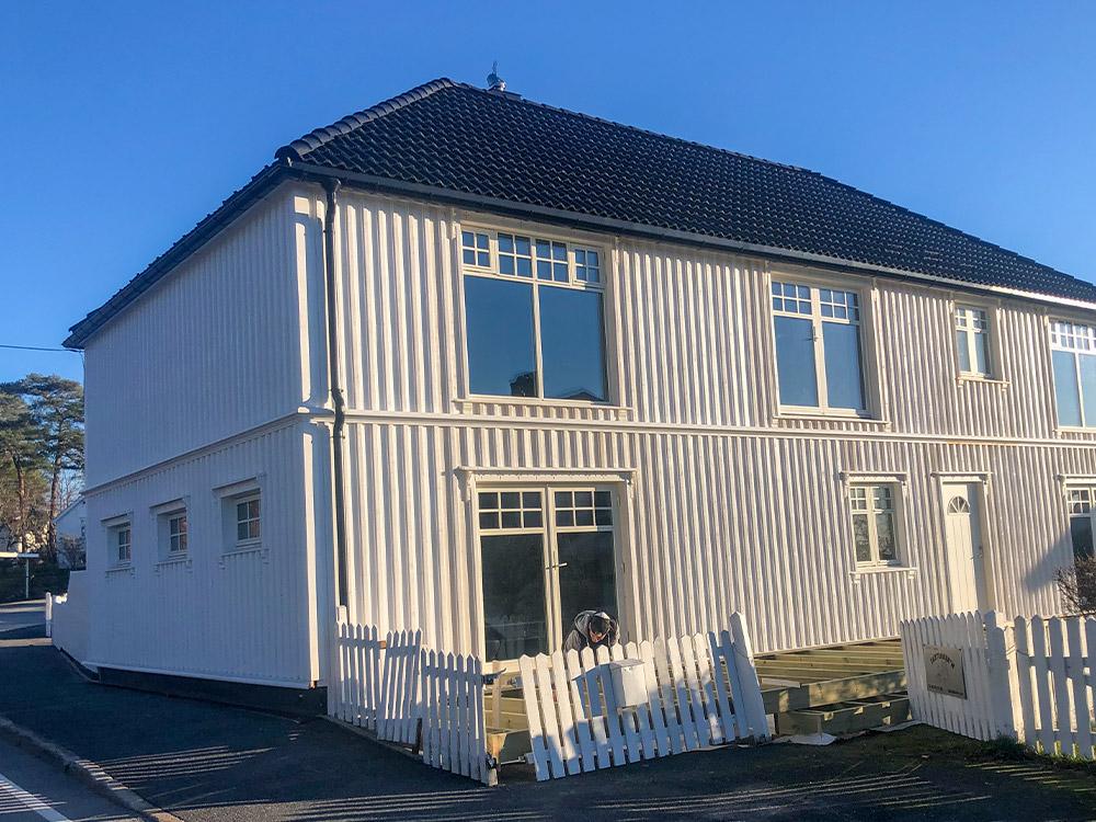 Bilde av klassisk hus fra siden - finalist nummer 2 eksteriørprisen 2021.
