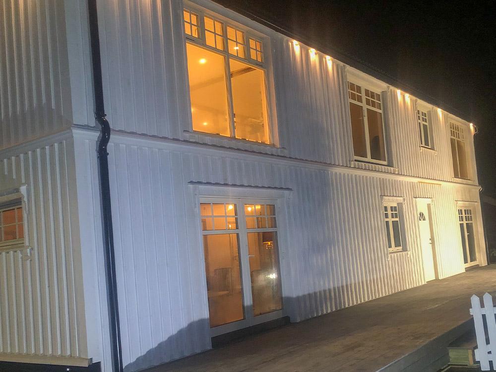 Bilde av klassisk hus med led-belysning på kveldstid- finalist nummer 2 eksteriørprisen 2021.