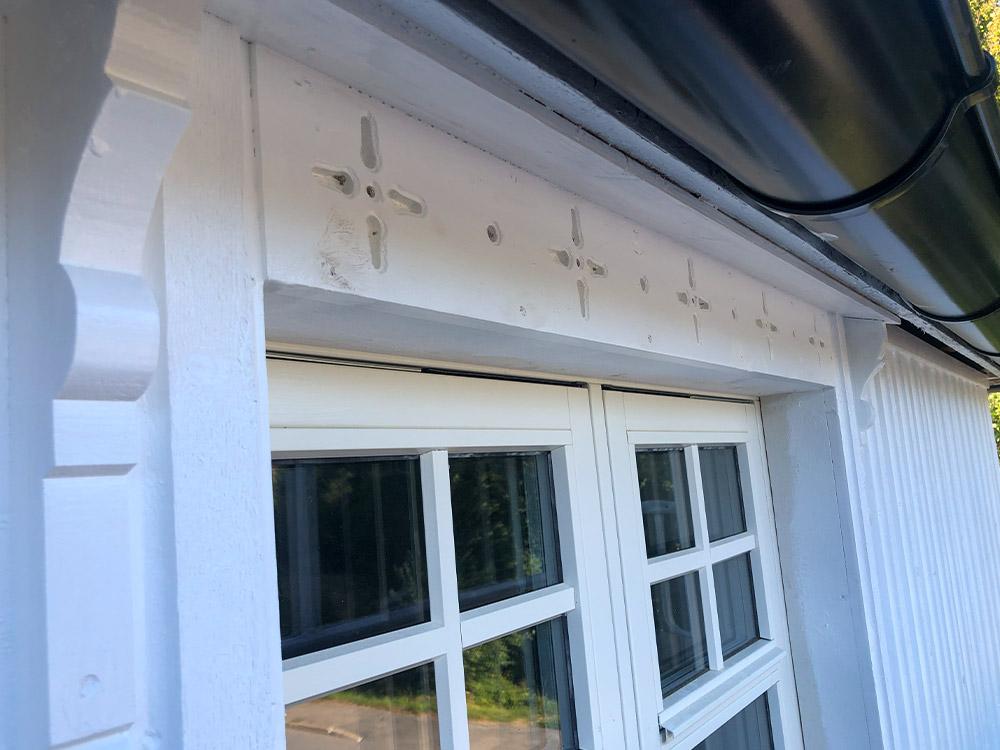 Detaljbilde av et av vinduene i det klassiske huset. Detaljeringen er tilpasset tidsepoke og stilart. Finalist nummer 2 eksteriørprisen 2021.