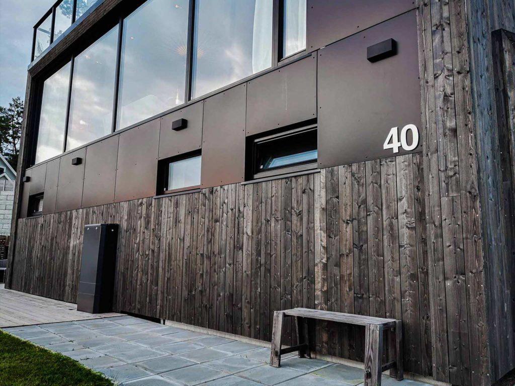 Bilde av hus med Nord-kledning. Finalist nummer 8 i eksteriørprisen 2021.