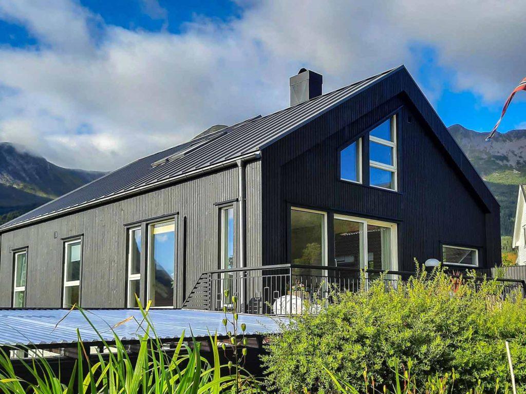 Bilde av hus fra siden - eksteriørprisen 2021 finalist nummer 6.