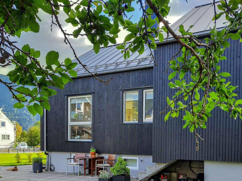 Bilde av hus med inngangsparti - eksteriørprisen 2021 finalist nummer 6.