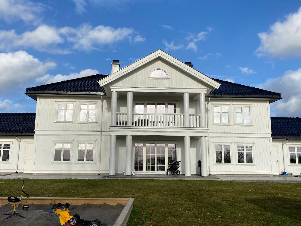 Bilde av klassisk hus fra forsiden, finalist i Eksteriørprisen 2021